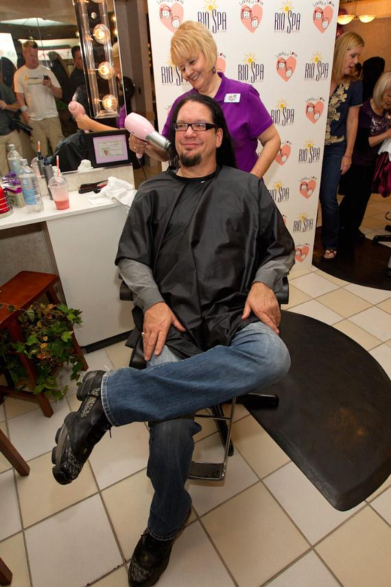 Penn Jillette gets his hair dried