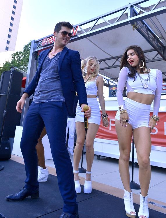 """Robin Thicke dances with """"Blurred Lines"""" dancers reminiscent to his hit music video"""