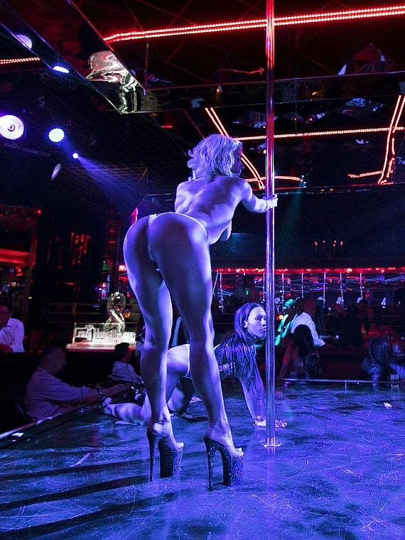 Crazy Horse 3 Entertainers Performing on Stage