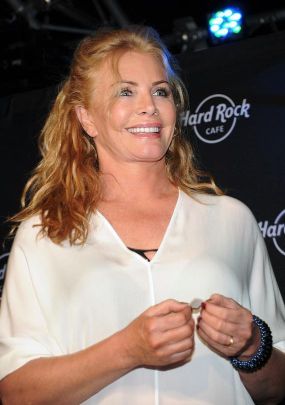 Shannon Tweed announces winner's name