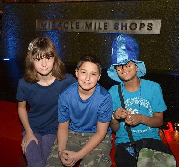 JDRF youth ambassadors in front of Miracle Mile Shops' blue fountain