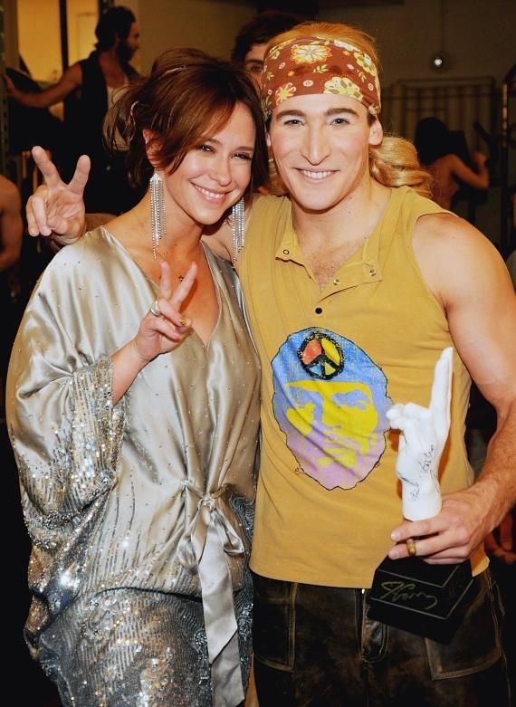 Jennifer Love Hewitt backstage with LOVE acrobat Bernhardt Mattes