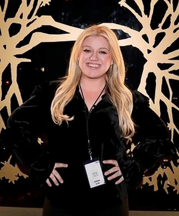 Kelly Clarkson Spotted at Hyde Lounge at T-Mobile Arena in Las Vegas