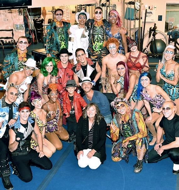 Nick Vujicic and his son pose with the cast of Michael Jackson ONE by Cirque du Soleil
