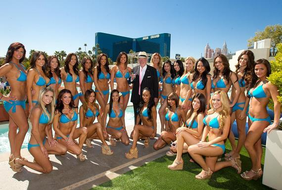 Oscar Goodman with cocktail servers at WET REPUBLIC