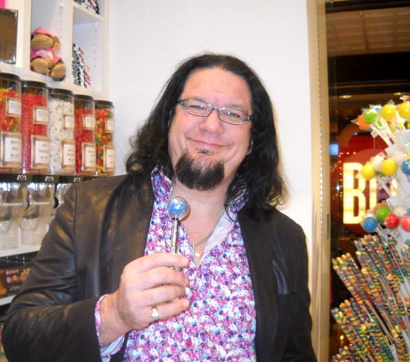Penn Jillette shopping at Sugar Factory at The Mirage.