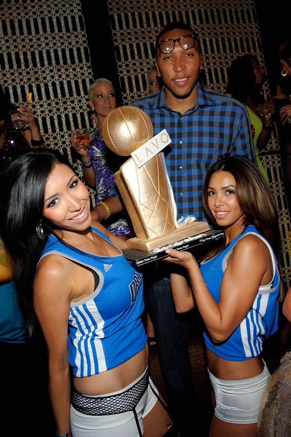Shawn Marion receives cake at LAVO