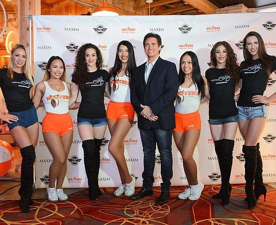 Hooters headliner Gordie Brown (center) with cast of Electric Candy and Hooters girls