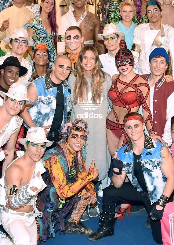 Supermodel Heidi Klum meets with cast of Michael Jackson ONE