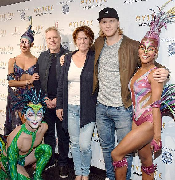 Vegas Golden Knights player William Karlsson stands alongside his parents during a meet-and-greet with Mystère artists