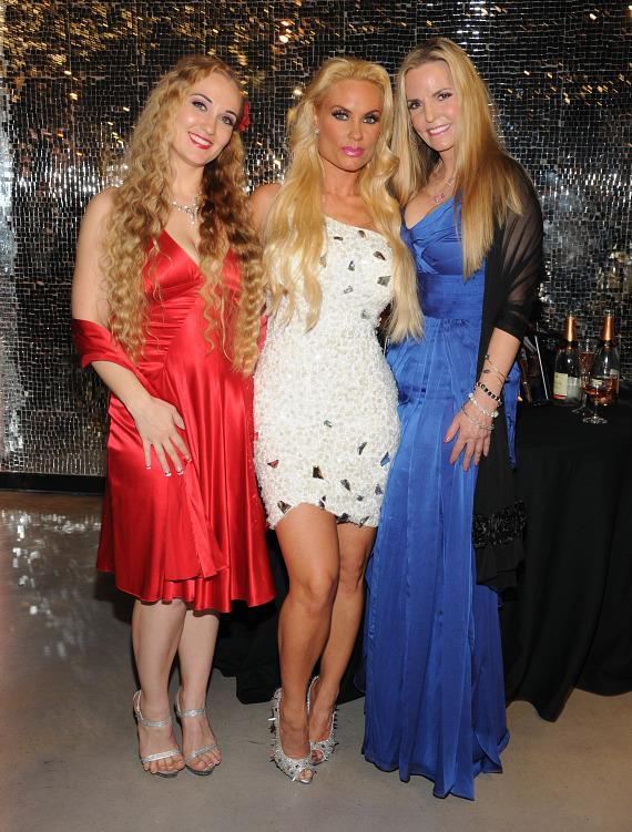 Coco Austin (center) with sister Kristy Williams (left) and mother Tina Austin